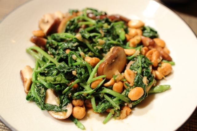 Stir-fried watercress with mushrooms and peanuts