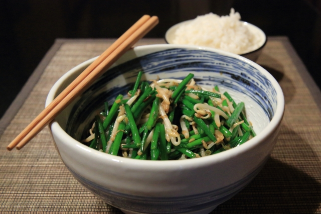 Garlic chives with bean sprouts